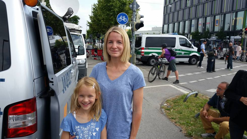 Nadine Zweiner con su hija de ocho años en las inmediaciones del lugar del tiroteo en Múnich.