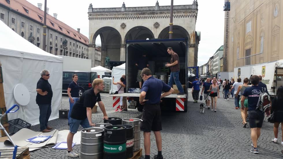 Unos jóvenes desmontan una feria de cerveza en Múnich.