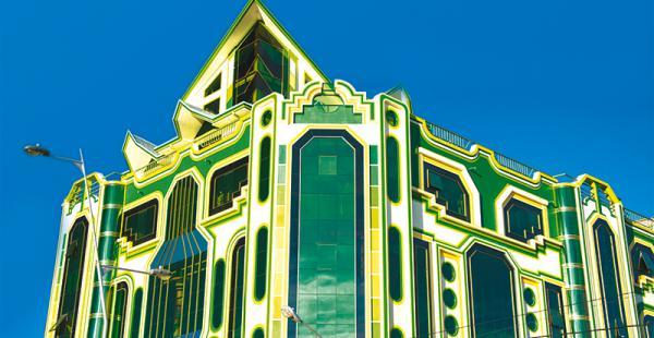 uno de los edificios construidos  bajo el modelo de la arquitectura neoandina Pueden llegar a costar hasta dos millones de dólares. Sus dueños son aimaras exitosos
