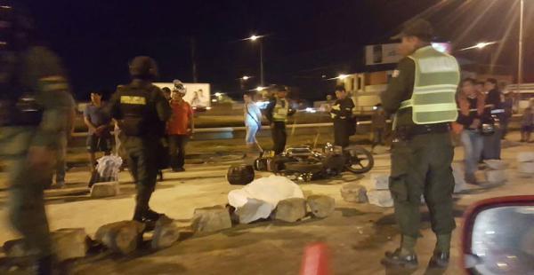 Motociclista muere al chocar con escombros