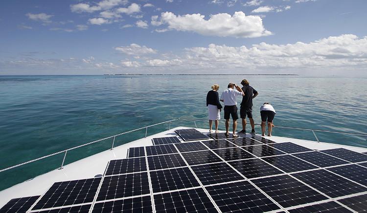 Varias personas se encuentran en el mayor barco de energía solar del mundo en Cancún (México), el 8 diciembre de 2010.