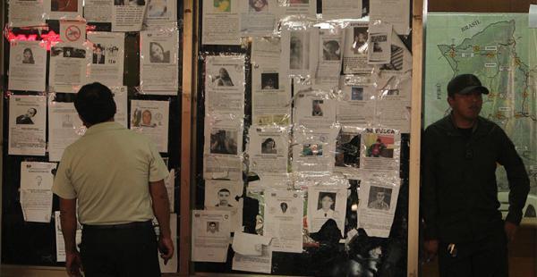 En la Policía de la terminal Bimondal, abundan las fotos de los desaparecidos. Los familiares los buscan