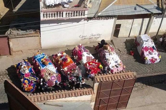 desorden. En la calle José Aguirre, zona Mesa Verde, organizadores de prestes impiden la circulación.