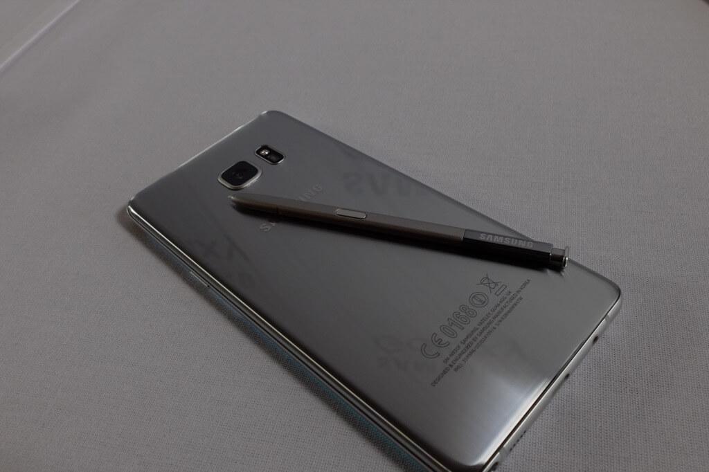 Samsung Galaxy Note 7 plateado con puntero en carcasa trasera