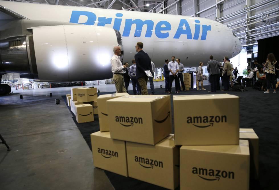 Cajas de Amazon frente al primer avión de su nueva flota