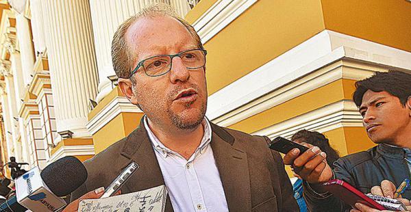 El gobernador de Tarija, Adrián Oliva, prefirió irse al Chaco