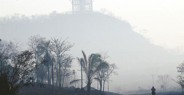 Una densa humareda cubre el paisaje  en la localidad de San Ramón. Respirar se hace difícil