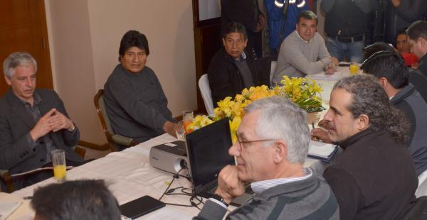 Evo designó al expresidente Eduardo Rodriguez Veltzé (Dcha) para ser el agente de Bolivia ante la la corte de La Haya