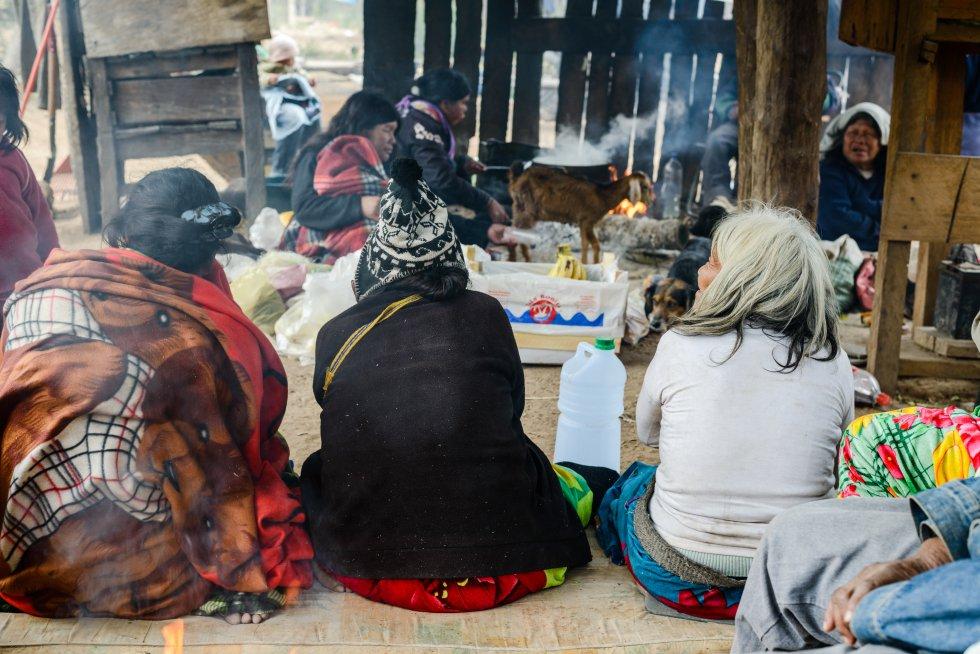 El pueblo Ayoreo es un pueblo indígena transfronterizo cuyo territorio histórico tradicional abarca el Sur del Chaco boliviano y el norte del Chaco paraguayo. Actualmente, en la Región Occidental del país, o Chaco paraguayo, viven tres grupos locales de este pueblo: los Guidaigosode (alianza integrada por diversos grupos), los Garaigosode y los Totobiegosode Las familias Ayoreo Totobiegosode de Aocojadi y Chadi se sustentan tradicionalmente de la cacería de fauna silvestre, y de la recolección de especies de flora local; practican horticultura de subsistencia y la colecta de miel silvestre, entre otros, para su consumo.
