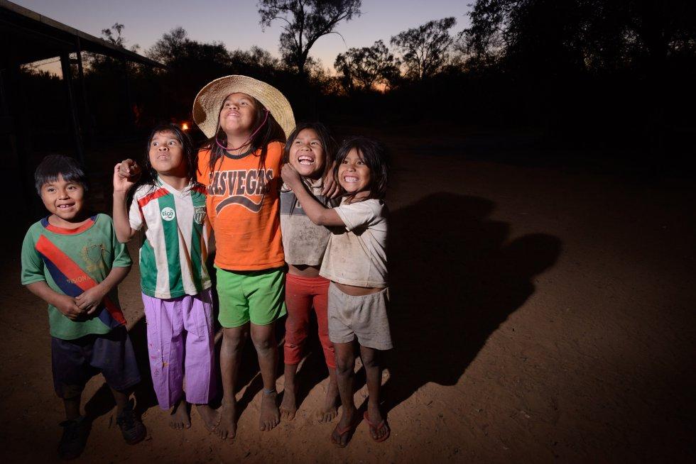 Un estudio de la Universidad de Maryland (EEUU) indicaba que el Chaco paraguayo registraba las tasas más altas de deforestación del planeta. Allí se sitúa la historia de lucha del pueblo idígena ayoreo por sus tierras y su cultura. Desde el GAT (Gente, Ambiente y Territorio) y junto a la ONG española Manos Unidas se apoya esta lucha y se celebra la reciente resolución de la CIDH (Comisión Interamericana de Derechos Humanos) que ha dado la razón a la petición de la OPIT (Organización Payipie Ichadie Totobiegosode) e interponiendo medidas cautelares a Paraguay para protegerles.