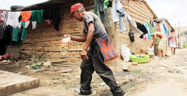 Un ayoreo camina por una calle polvorienta de la comunidad Degüi en la Villa Primero de Mayo