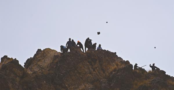 Los cooperativistas mineros se apostaron en un cerro, y desde allí respondieron a los gases lacrimógenos policiales lanzando piedras