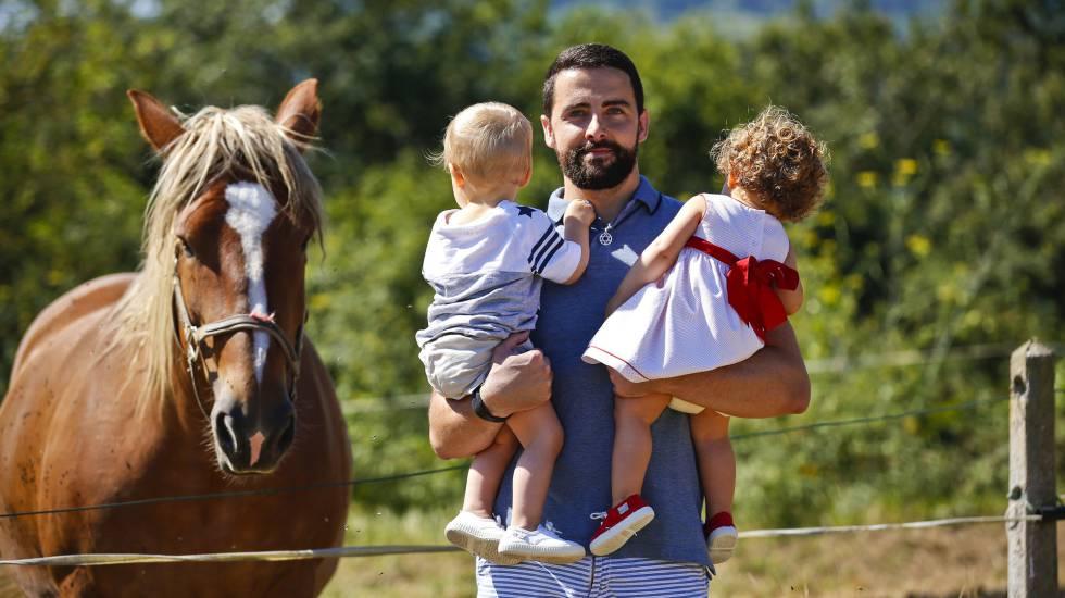 Juan Pablo Vázquez con sus dos hijos mellizos, nacidos por maternidad subrogada.