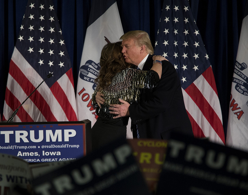 Donald Trump abraza a Sarah Palin en un mitin en Iowa.