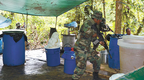 Cocaína. Efectivos antidrogas en un operativo ejecutado en el municipio de Yapacaní, a fines de 2015. Foto: Fernando Cartagena-archivo