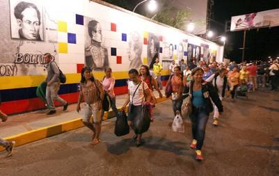 Venezolanos cruzando el paso peatonal hacia Colombia para comprar comida y medicinas. EFE.
