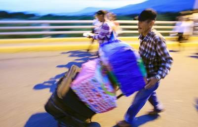 Venezolanos en busca de comida y medicinas en Colombia. (EFE)