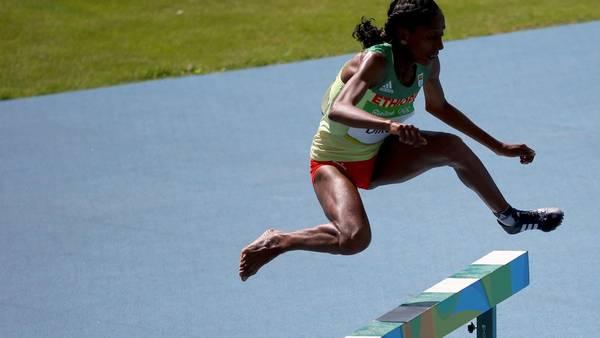 Etenesh Diro de Etiopía finaliza la carrera sin una zapatilla. REUTER