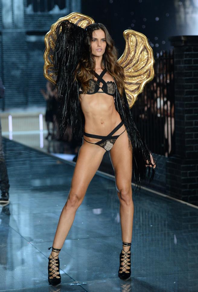La modelo Izabel Goulart desfilando para Victoria