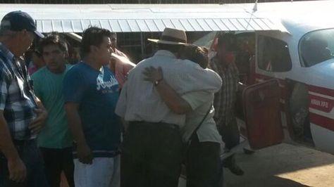 Familiares reciben a ocupantes de avioneta precipitada a tierra en San Borja