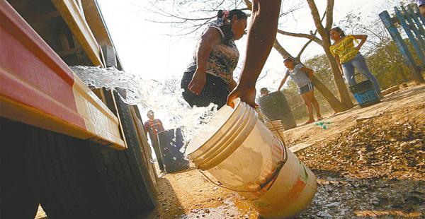 Ya comenzó la dotación de agua. Los pobladores piden mayor celeridad a las autoridades