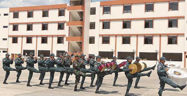 Los soldados ensayaron ayer en el patio de la escuela que será inaugurada hoy por el presidente Morales