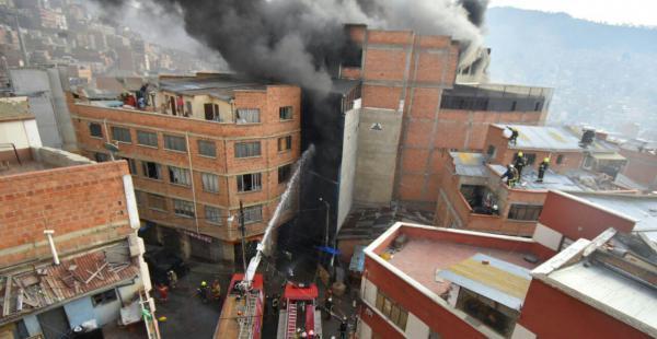 El fuego inició en la madrugada y los esfuerzos de bomberos no lograron sofocarlo, debido a las precarias condiciones de trabajo.