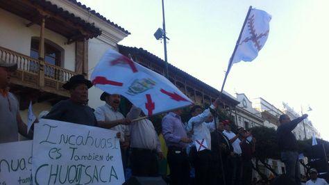 Autoridades cívicas de Chuquisaca reunidas en una movilización en la Plaza 25 de Mayo en defensa del campo Incahuasi. Foto: La Razón - archivo