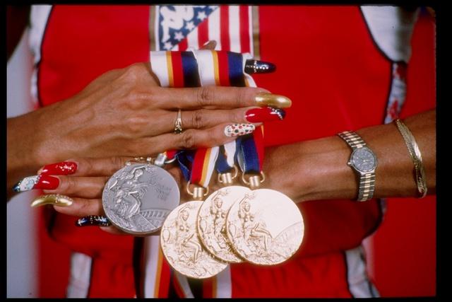 Florence Griffith, con las medallas que ganó en los Juegos Olímpicos de Seúl.