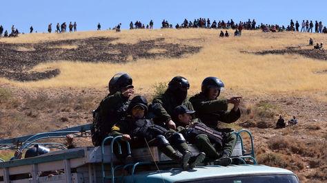 Policías en Mantecani. En el cerro una fila de mineros cooperativistas en vigilia