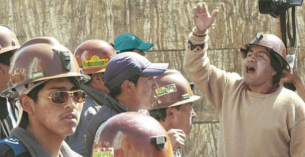 El miércoles, cerca del mediodía, se vivió la jornada más violenta de la manifestación. Los mineros lanzaron dinamita contra oficinas públicas