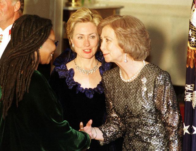 Hillary, presentándole Whoopi Goldberg a la reina Sofía.