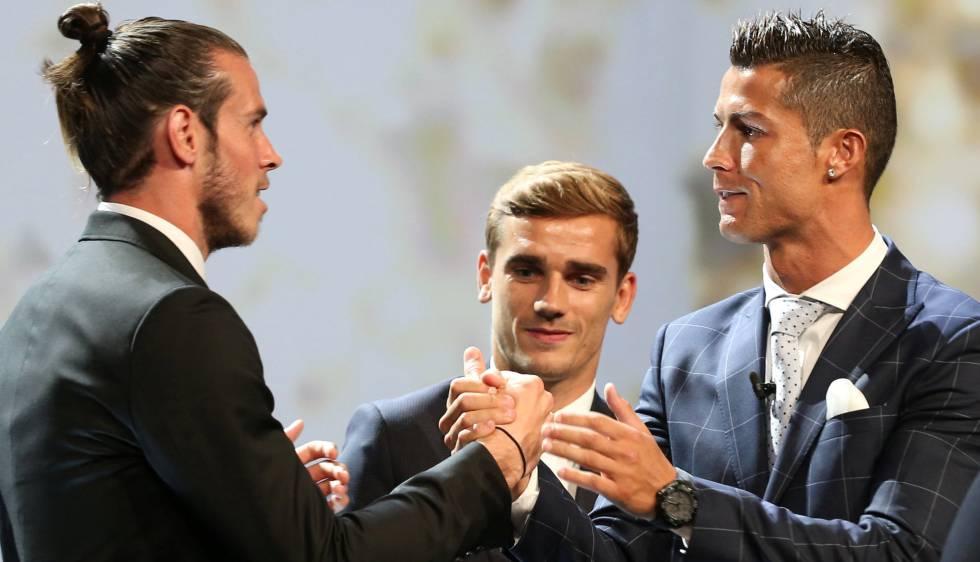 Bale (izquierda) felicita a Cristiano, en presencia de Griezmann.