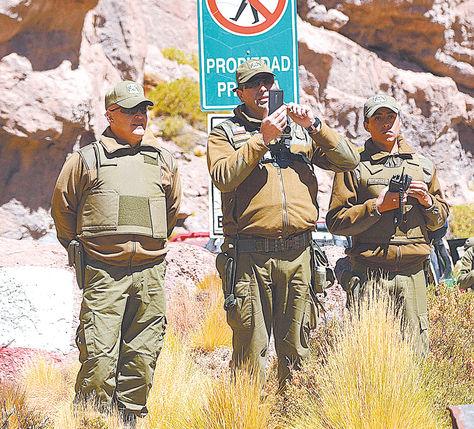 Guardia. Carabineros de Chile vigilan la frontera con Bolivia, cerca del Silala.