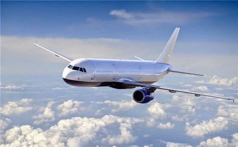 Un aeronave comercial en pleno vuelo.