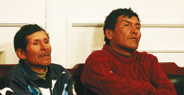 Dos de los cooperativistas que fueron enviados a la cárcel el domingo; la Policía busca a otros 18 prófugos