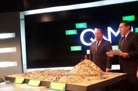 """El ministro de Gobierno Carlos Romero muestra la maqueta del """"teatro de operaciones"""" de los cooperativistas. Foto: Ministerio de Gobierno."""