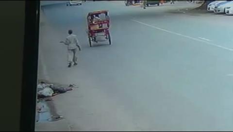 India: Muere atropellado por un camión e ignorado por 140 coches, 82 calesas y 181 ciclistas