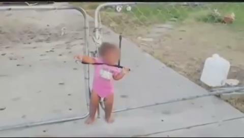 EEUU: Hallan a una niña atada con un cable elástico a un alambrado