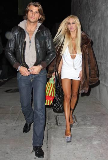 A.J. (fruto del segundo matrimonio del actor) caminando, en 2007, por Los Ángeles con Shauna Sand, su madrastra y cuarta mujer de su padre. Con ella se acostó al cumplir la mayoría de edad.