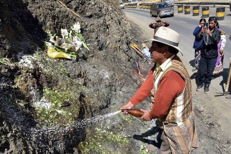 """Debido a la ampliación de la autopista La Paz-El Alto, la mañana de este miércoles, el llamado """"rostro de Lucifer"""" fue retirado del lugar en medio de una ceremonia. La figura ahora reposa en un pequeño cerro, a unos metros del lugar original. Foto: José Lavayén"""