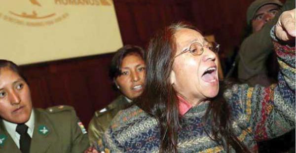La activista da detalles del incidente que protagonizó durante la presentación de un libro gubernamental.