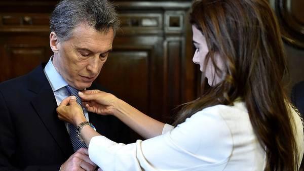 La primera dama Juliana Awada le hace el nudo de la corbata al presidente Mauricio Macri.