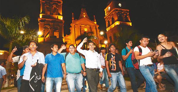 Un grupo de estudiantes acompañó a Cadima a festejar sus resultados en la plaza de armas