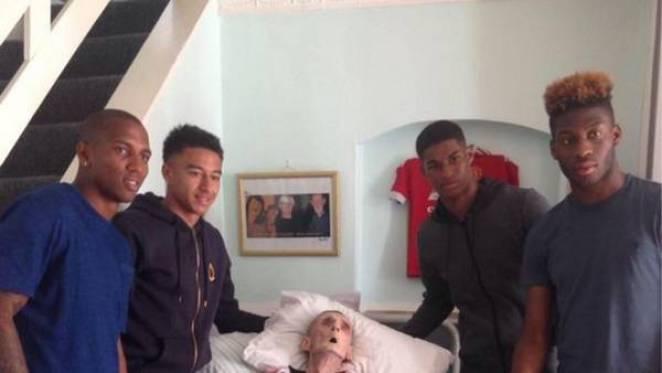 Los jugadores del Manchester United, de visita en la casa de Paddy Lawler.