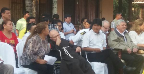 El presidente Evo Morales junto al padre Alfredo y las demás autoridades
