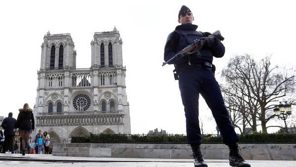 Vigilancia. Una imagen de archivo, de un policía custodiando la catedral de Notre Dame, en París. /AP