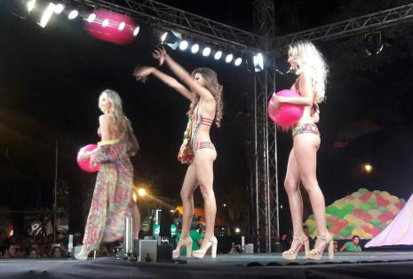 Los bikinis de la primera pasarela llamaron la atención de los asistentes