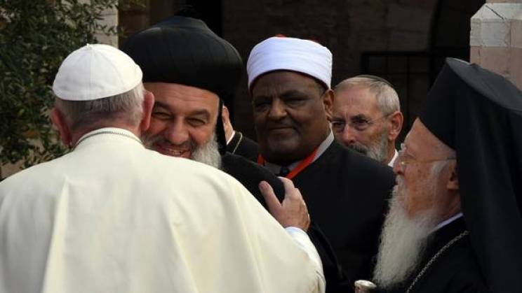 El Papa Francisco saluda al patriarca de la iglesia ortodoxa siria, Ignacio Aphrem II Karim a su llegada a la Basílica de San Francisco en Asís, Italia./ EFE