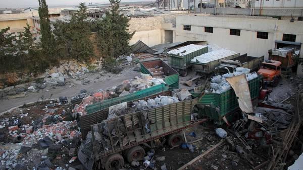 Varios camiones de la ONU fueron bombardeados en un a zona rural de Aleppo, Siria.  AFP